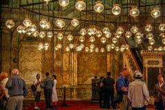 O CAIRO, EGIPTO - em novembro de 2009: Pendurar ilumina-se no interior da mesquita do alabastro de Muhammad Ali Pasha na citadela imagens de stock