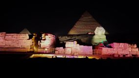 O Cairo, Egito - 2019-05-03 - mostra da luz da pirâmide - a cena inteira torna-se iluminada video estoque