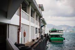 O cais da balsa de North Point com balsa verde estacionou ao lado em Hong Kong Imagem de Stock