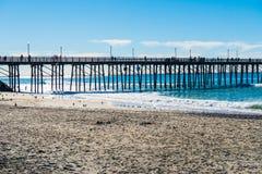 O cais da pesca na praia imperial imagem de stock