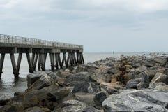 O cais da pesca que conduz ao Oceano Atlântico fotos de stock royalty free