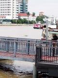 O cais de flutuação do passageiro para a balsa pequena do cruzamento de rio envia e o barco da velocidade de transporte Imagens de Stock Royalty Free