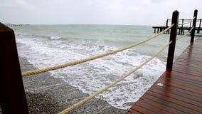 O cais de madeira no mar Mediterrâneo video estoque