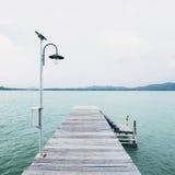 O cais de madeira, o mar e o oceano do DEK ajardinam o fundo Imagem de Stock