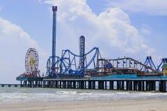 O cais do prazer na ilha de Galveston, Texas estende para fora no Golfo do México fotos de stock