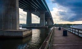 O cais e a ponte sobre o rio de Halifax, movem a laranja, Florida Foto de Stock