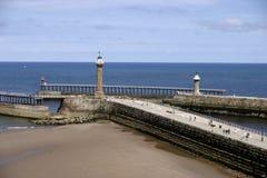 O cais e a praia Whitby Yorkshire norte Inglaterra Fotos de Stock Royalty Free