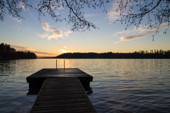 O cais e um lago na noite iluminam-se Imagem de Stock