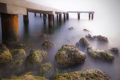 O cais está perto do mar Fotografia de Stock Royalty Free