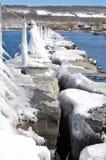 O cais gelado protege o porto Fotografia de Stock Royalty Free