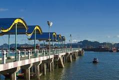 O cais longo para barcos e turista envia a baía longa do Ha em Vietname Imagem de Stock