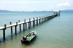 O cais pequeno e o barco de pesca Imagem de Stock Royalty Free