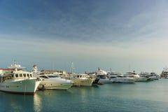 O cais perto do porto marítimo de Sochi Iate brancos alinhados em seguido Fotos de Stock Royalty Free