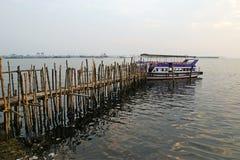 O cais velho para barcos fêz o bambu do ââof Imagem de Stock Royalty Free