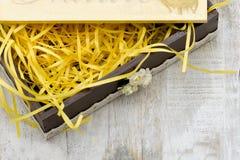 O caixão de madeira é para um presente Foto de Stock Royalty Free