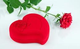 O caixão heart-shaped vermelho e levantou-se fotos de stock