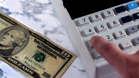O caixa conta o dinheiro no banco O contador bate a verificação após o pagamento do dinheiro Contando o dinheiro em uma calculado foto de stock