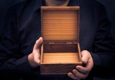 O caixão vazio entrega o homem Imagens de Stock Royalty Free