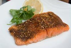 O cajun Salmon grelhado temperou a faixa com limão e cilantro Fotos de Stock