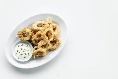 O calamar fritado do calamari soa com molho de alho do aioli Foto de Stock Royalty Free