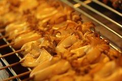 O calamar grelhado na placa quente do carvão vegetal com fuma o voo acima Menu delicioso do marisco imagem de stock royalty free