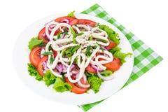 O calamar soa com as folhas da salada verde e dos tomates fotografia de stock royalty free