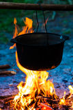 O caldeirão de cobre enorme com o vinho ferventado com especiarias saboroso cozinhou sobre Fotografia de Stock