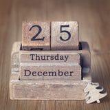 O calendário de madeira do vintage velho ajustou-se nos 25 de dezembro Imagem de Stock Royalty Free
