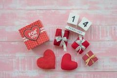 O calendário de madeira, o 14 de fevereiro, consiste em uma caixa dos corações vermelhos escritos para você e os corações colocar imagens de stock royalty free