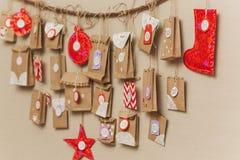 O calendário do advento que pendura na parede surpresas pequenas dos presentes para crianças fotos de stock royalty free