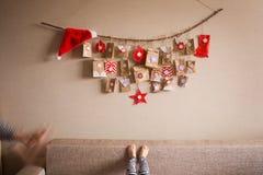 O calendário do advento que pendura na parede surpresas pequenas dos presentes para crianças foto de stock royalty free