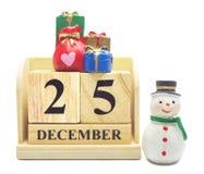 O calendário o 25 de dezembro de madeira com Natal e ano novo decora Foto de Stock Royalty Free
