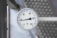 O calibre da temperatura instala com thermo bem para monitorar a temperatura da descarga do compressor do impulsionador do gás imagens de stock