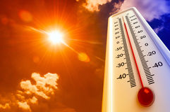O calor, termômetro mostra que a temperatura está quente no céu, verão fotos de stock