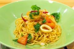 O camarão e o calamar picantes dos espaguetes fotos de stock