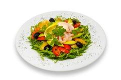 O camarão e a salada dos legumes frescos com abacate e rosa sauce fotos de stock