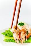 O camarão fresco cozinha espargos Foto de Stock