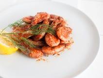 O camarão fritou no molho picante com limão e aneto Foto de Stock