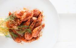 O camarão fritou no molho picante com limão e aneto Fotos de Stock Royalty Free