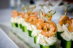 O camarão picante com os espetos do pepino e do queijo creme serviu na placa Fotos de Stock Royalty Free