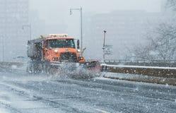 O caminhão do Snowplow limpam as estradas e de um estado a outro durante condições do blizzard durante nem 'Páscoa em Nova Inglat fotos de stock royalty free