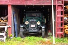 O caminhão antigo estacionou na jarda velha do navio em connecticut místico cerca do agosto de 2011 fotos de stock