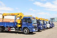 O caminhão azul do leito do foton com o braço amarelo do guindaste está no parque de estacionamento - Rússia, Moscou, o 30 de ago Fotografia de Stock