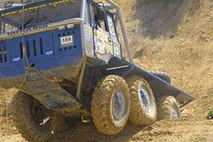 O caminhão azul sae de uma inclinação íngreme. Imagem de Stock