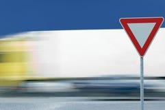 O caminhão borrado movimento do camião, leva sinal imagem de stock