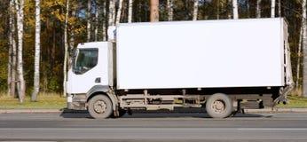 O caminhão branco em branco da camionete de entrega entrega bens do meu fotos de stock royalty free