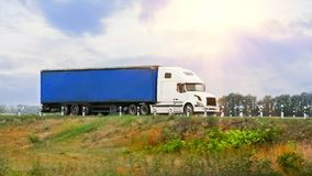 O caminhão branco vai na estrada foto de stock royalty free