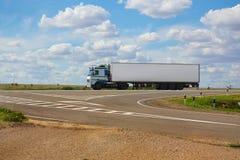 O caminhão branco vai na estrada fotografia de stock royalty free