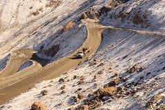 O caminhão com carrega para baixo a estrada do mountayn que conduz ao ouro MI de Kumtor Imagens de Stock Royalty Free