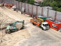 O caminhão da construção está funcionando no projeto de construção Imagens de Stock